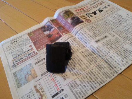 新聞紙に炭