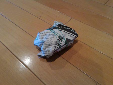 新聞紙に包んだ炭